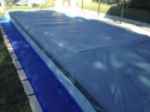 Shutdown cover fitted to wet-edge pool